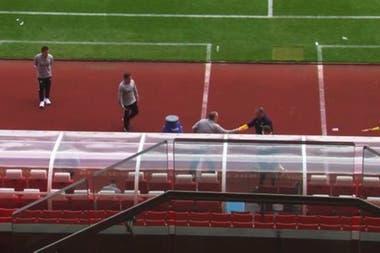 Después de haber permanecido en un segundo plano, Bielsa saluda al director técnico de Stoke al final del amistoso del martes