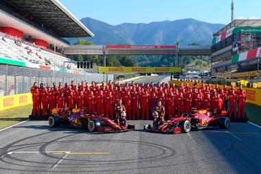 Ferrari cumple 1000 grandes premios en su autódromo de Mugello; la foto familiar incluye a los autos actuales, a los pilotos Sebastian Vettel y Charles Leclerc y al personal que está en escenario toscano.