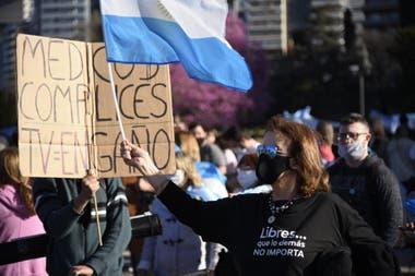 Al banderazo realizado en el Monumento a la Bandera, en Rosario, se sumó una caravana de autos