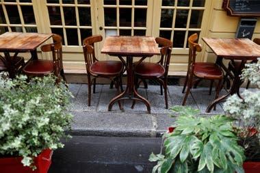 Mesas vacías en un bar de París, en Francia