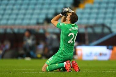 Emiliano Martínez, arquero de Aston Villa, uno de los líderes de la Premier League, que tendrá actividad este domingo.