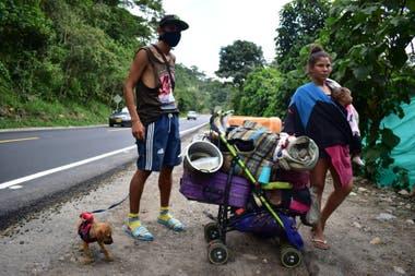 Son miles los que recorren los caminos a pie escapando de la miseria
