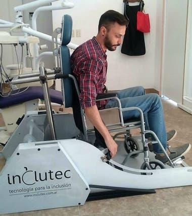 Un cordob s invent una plataforma para que pacientes en for Plataforma para silla de ruedas