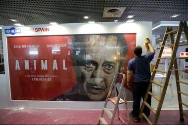 Animal, de Armando Bo, de inminente estreno en nuestro país, muestra el desencajado rostro de Guillermo Francella en uno de los pabellones de ventas cinematográficas de Cannes