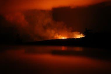 Vista del camino de lava durante la noche