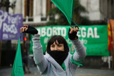 Con pañuelos y carteles, se concentran manifestantes a favor y en contra el aborto
