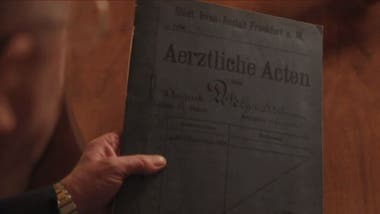Casi un siglo después, el psiquiatra Maurer lideró una investigación que reexaminó el caso de Auguste. Aquí lo vemos mostrando la carpeta original del doctor Alzheimer