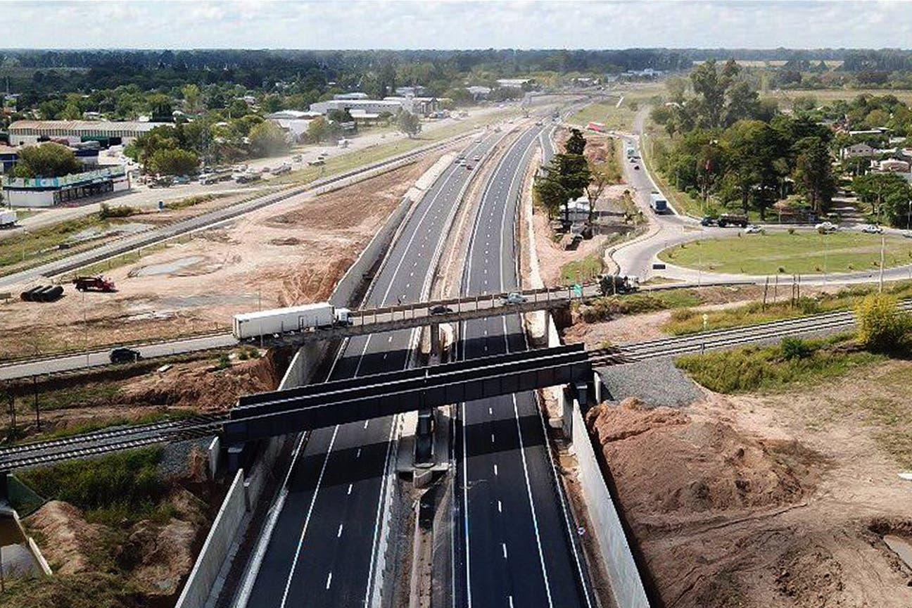 Hoy: Por debajo, la nueva autopista; por encima, los puentes ferroviario y caminero