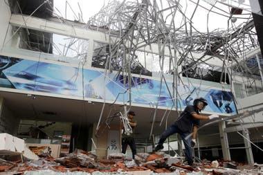 Rescatistas remueven escombros de un edificio