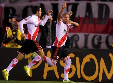 Carlos Sánchez festeja el gol convertido de penal, a favor de River Plate, que le gana a Boca por 1 a 0 en octavos de la Copa Libertadores el 7 de mayo de 2015