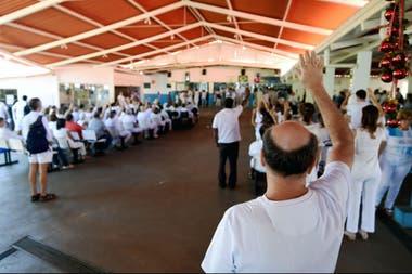 """Los seguidores del curandero brasileño Joao Teixeira de Faria oran hoy en su """"centro de curación"""", 120 km al suroeste de Brasilia"""