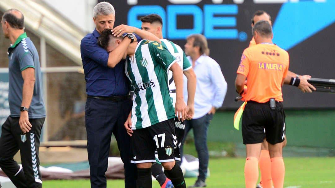 El gesto paternal de Hernán Crespo: consoló a un juvenil de Banfield que salió llorando