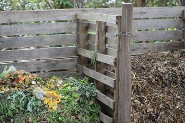 La ubicación del compost dependerá del clima del lugar. En lugares húmedos requiere sombra y, en los muy fríos, sol.