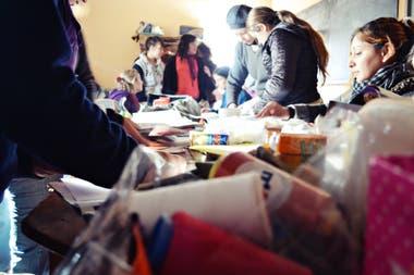 Junto con la ONG las Omas, capacitan a las madres mientras sus hijos asisten a la escuela