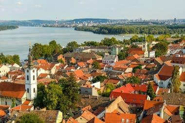 Vista de Belgrado y del rio Danubio desde el barrio de Zemun.