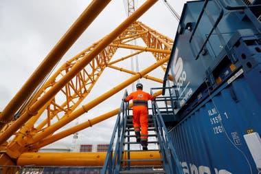 La grúa Sarens SGC 250, también conocida como Big Carl, es capaz de levantar hasta 5200 toneladas
