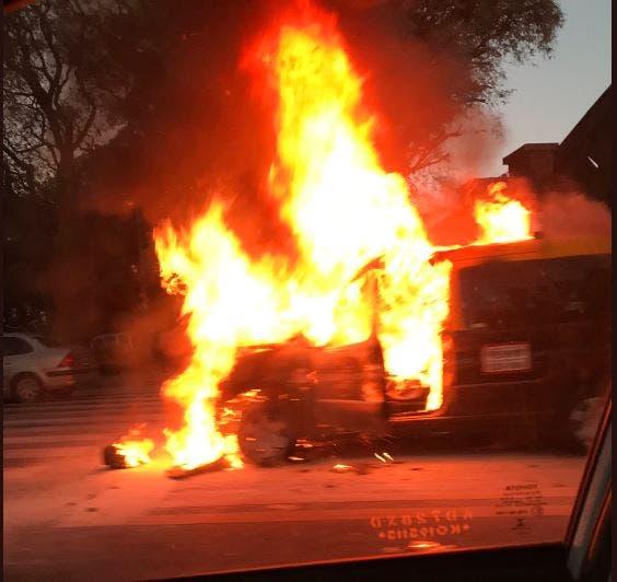 Cerca del Planetario: se incendia un taxi en el cruce de Libertador y Sarmiento