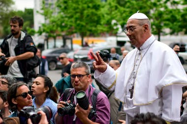 Un hombre disfrazado de Papa Francisco apareció en la escuela donde votó el candidato presidencial Alberto Fernández en Puerto Madero