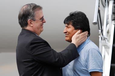 Evo Morales al llegar a México junto al canciller mexicano Marcelo Ebrard