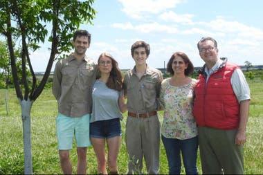 Dominicus y Lia Rohde junto a algunos de sus hijos en el campo en Lavalle