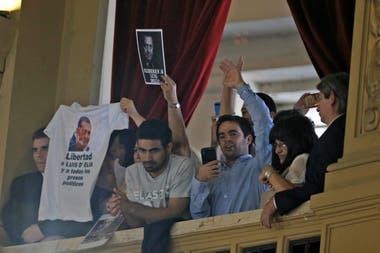 Seguidores de Alberto Fernández esperan el comienzo de la ceremonia de traspaso en el Senado