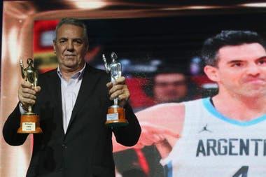 Mario, el papá de Luis Scola, muestra los Olimpia que ganó su hijo: el de Plata y el de Oro