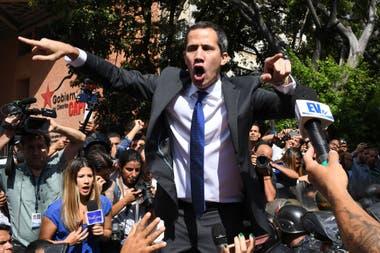 Guaidó intenta llegar al Parlamento, que sigue custodiado