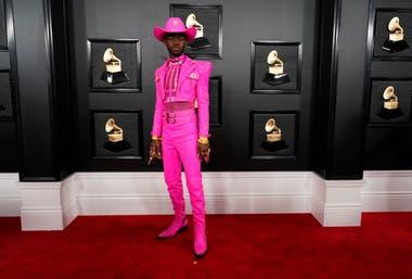 El traje de color fue la tendencia masculina por excelencia en los looks de la alfombra roja de los Grammy. El rapero Lil Nas X la llevó en fucsia total