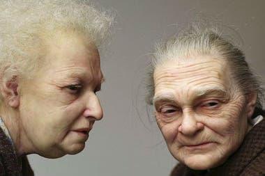 Hay muchas personas que no se percatan de que lo que tienen al frente es una máscara y no una persona real; en la foto, otra de las esculturas hiperrealistas del artista australiano, Ron Mueck