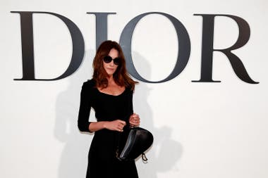 Carla Bruni, de estricto total black