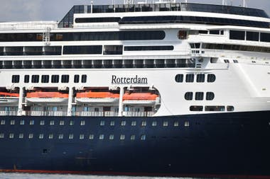 El crucero Rotterdam se prepara para asistir al Zaandam en la bahía de Panamá. Lleva suministros para testear posibles casos de coronavirus