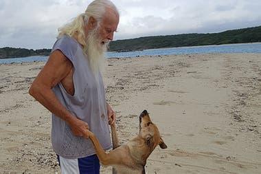 Glasheen juega con su amigo de cuatro patas Zeddi en la playa