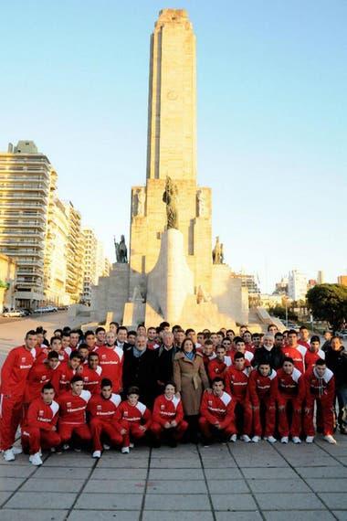 Con los más de 100 chicos de Renato Cesarini que viajaron al Mundial de Brasil, en el Monumento a la Bandera, Rosario.