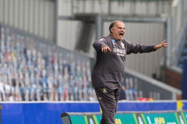 Passionate, Bielsa screams in the middle of a game. With Leeds, he won his first title in Europe.