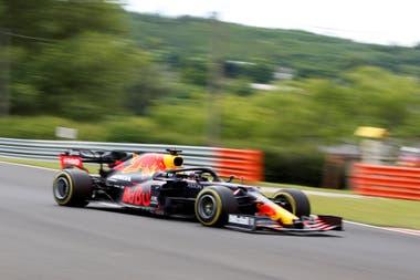 Max Verstappen escapó del mal momento antes del inicio de la carrera y terminó segundo