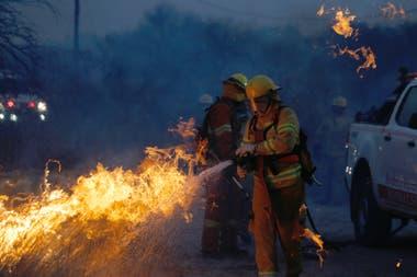 Al menos 250 dotaciones de bomberos trabajan para controlar el fuego