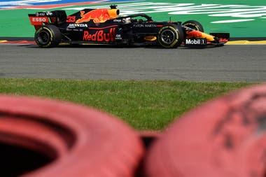 Max Verstappen llevó a su Red Bull a una firme victoria en el Gran Premio 70º Aniversario en Silverstone, la única carrera que no ganó Mercedes de las siete de este año.
