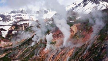 Hay una gran presencia de vapor de agua en la ladera de los volcanes.