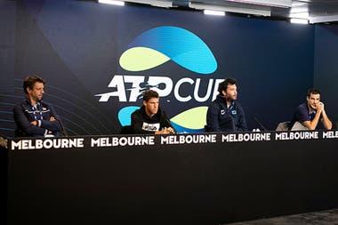 La presentación del equipo argentino en Melbourne, con Zeballos, Schwartzman, José Acasuso (coach de Pella) y el zurdo Pella