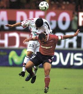 Rolfi Montenegro saltó a disputar el balón, pero quedó debajo de Gastón Aguirre