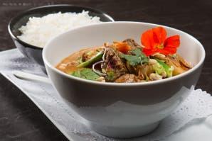 Curry rojo con carne, papas, zanahorias, cebolla de verdeo, maní y arroz